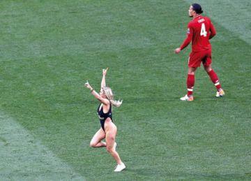 Una espontánea  saltó al campo  en pleno partido