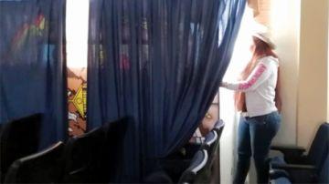 Rescatan retrato de Evo detrás de una cortina