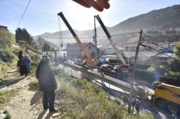 Retiran pasarela dañada por un tráiler en la autopista La Paz-El Alto
