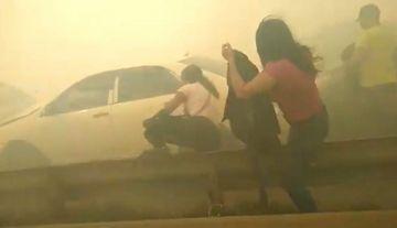 Humareda de un incendio forestal provoca colisión múltiple con heridos