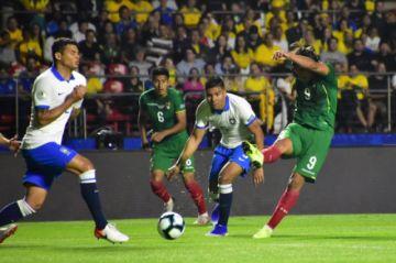 Bolivia aguanta el primer tiempo y Brasil sale abucheada