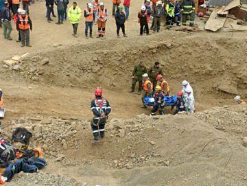 Rescatan a uno de los mineros, otro murió y buscan al tercero