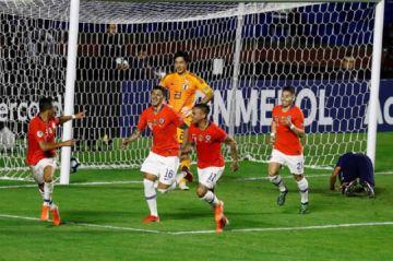 Chile comienza la defensa del título con una aplastante victoria