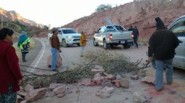 Bloquean en Villa Abecia y exigen la expulsión de minera Santa Rita