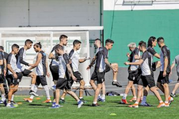 Chile, clasificado, se mide con Uruguay, que busca un cupo