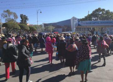 Padres de familia marchan y piden más horas para especialidades de Secundaria