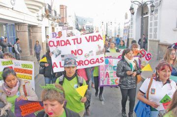 """Jóvenes toman las calles  con mensajes """"antidrogas"""""""
