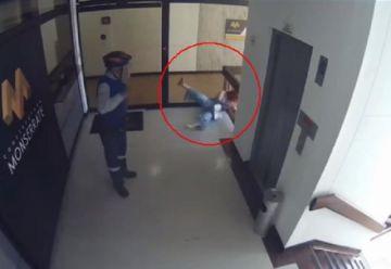 Madre salva a su hijo de caer de un cuarto piso