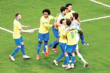 Brasil sufre, pero avanza a semifinales