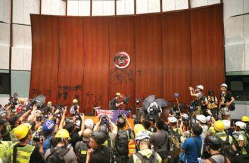 Manifestación acaba en la toma del Parlamento