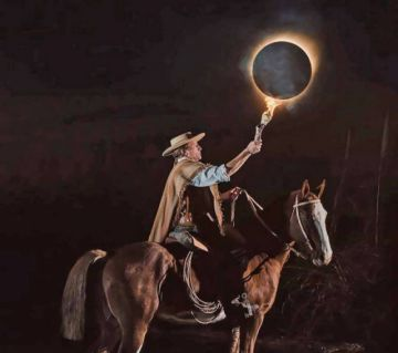 El gaucho con la antorcha, una de las imágenes más viralizadas durante el eclipse
