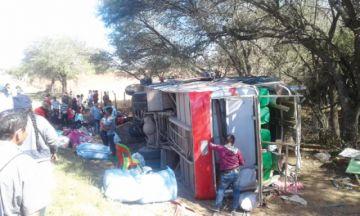 Más de 25 heridos al volcar bus que  salió de Serrano