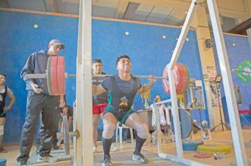 Atletas miden su fuerza