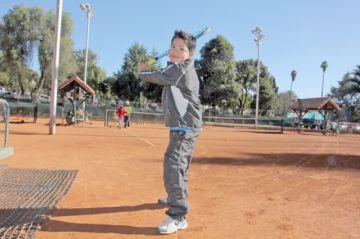 Sueña con ser el número  uno del tenis boliviano