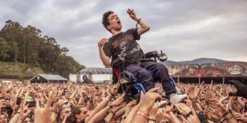 Foto de joven en silla de ruedas en festival de rock conmueve en las redes