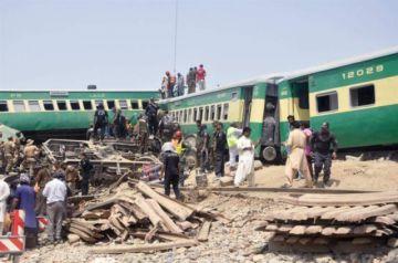 Al menos 20 muertos y 80 heridos en un accidente de tren en Pakistán