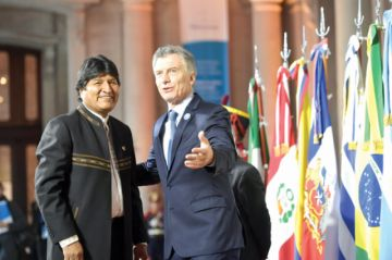 Presidente Macri bromea con Evo