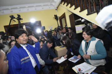 Evo Morales presenta listas de candidatos del MAS