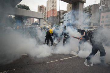 Fuertes enfrentamientos entre policías y manifestantes en Hong Kong