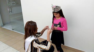 Valentina Pérez comparte con niños con labio leporino