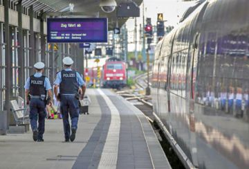 Muere niño arrojado a las vías del tren