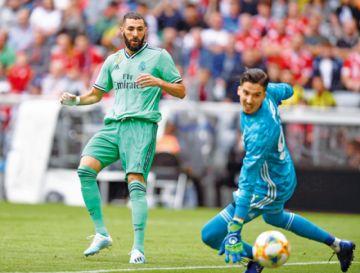 Benzema eclipsa  el caos defensivo del Real Madrid