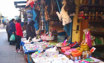 """Creyentes de la Pachamama acuden a comprar mesas para la """"q'oa"""""""