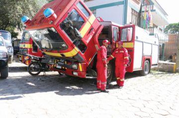 Los bomberos, sin carros y hacinados en su cuartel