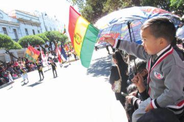 Niños esparcen civismo  en primer día de desfiles