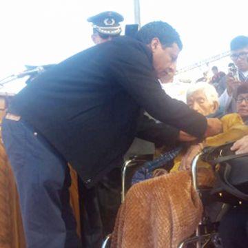 Condecoran a centenaria enfermera de la guerra