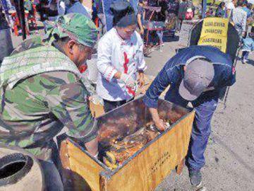 Gran demanda en festival de carnes a la caja china