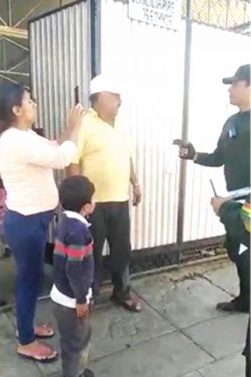 Echan a policía que roció gas pimienta a dos niños