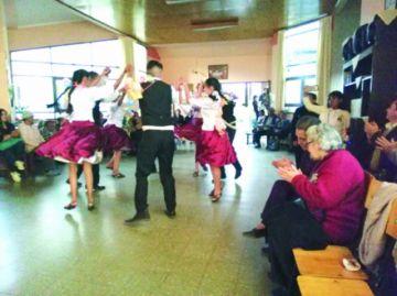 Adultos mayores disfrutan espectáculo de danza
