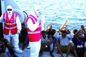 Italia: Desembarcan menores migrantes en medio de pulseta