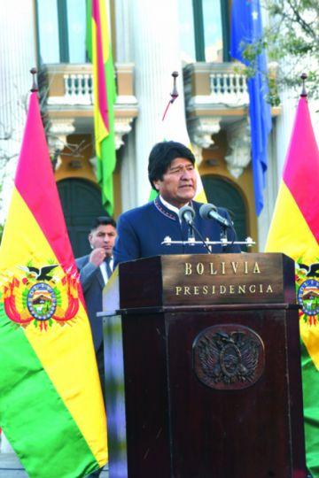 Presidente rindió homenaje a la  tricolor nacional
