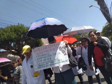 Médicos y trabajadores de salud marchan en Sucre