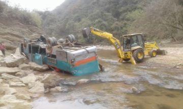 Muere pasajero al volcar  bus cerca de Monteagudo