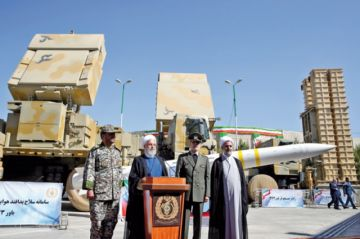 Irán presenta  nuevo sistema de defensa aérea