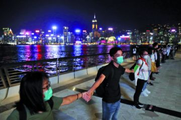 Miles se toman de las manos  en Hong Kong