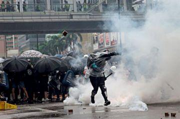 Hong Kong: Policía dispara por primera vez en marcha