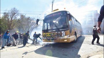 La Paz: Violentas protestas de choferes causan zozobra