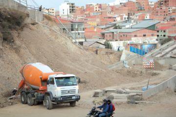 Deslizamientos amenazan a edificaciones en 2 zonas
