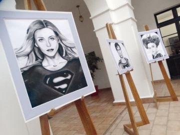 Una joven artista retrata  a personajes de películas