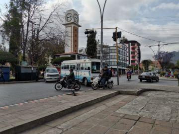 Transporte cumple paro en Sucre y la gente elude bloqueos