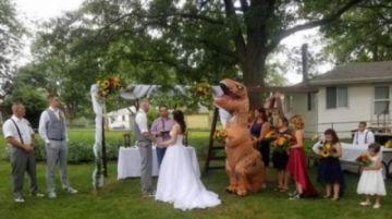 Dama de honor se viste de dinosaurio para la boda de su hermana
