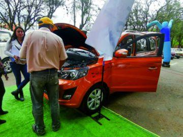 Feria de automóviles  recibe alta respuesta  en jornada de cierre