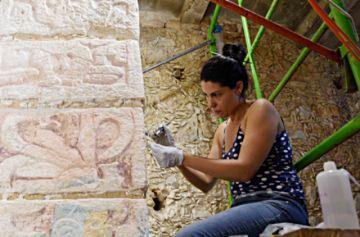 Manos femeninas devuelven  su esplendor a Chichén Itzá