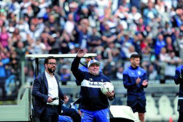 Maradona tuvo un emotivo recibimiento en Gimnasia
