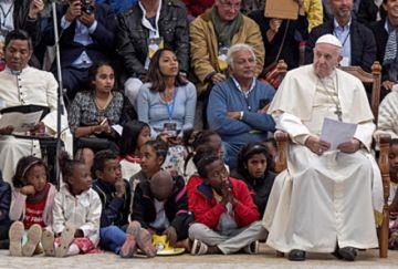 Francisco visita un barrio que abandonó la pobreza