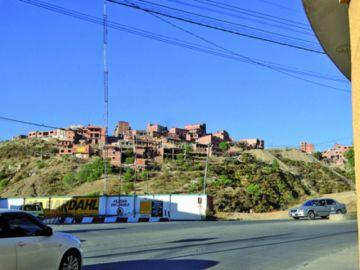 Qhatalla Baja peregrina por pavimentado de calle